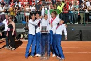 Foto di gruppo: da sinistra Francesca Schiavone, Flavia Pennetta, Sara Errani, Karin Knapp e Roberta Vinci, vincitrici a Cagliari della quarta Fed Cup