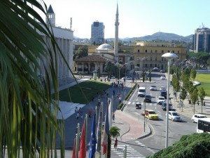 Foto: Un lato della Piazza Skanderbeg nel centro di Tirana visto dal Tirana International Hotel, che gli albanesi chiamano «il quindicipiani»