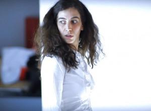 """Foto di scena: Ermelinda Çakalli in """"Frammenti di contemporaneità"""" di Martin Crimp, al Teatro Litta Sal La Cavallerizza di Milano"""
