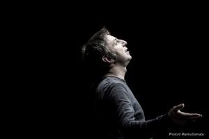 """Foto di scena: Christian Di Domenico in """"U Parrinu"""", al Teatro Libero di Milano dal 26 al 28 dicembre 2015"""