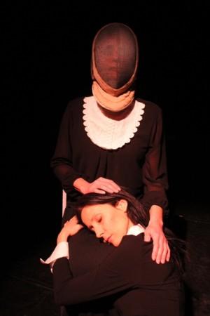 """Foto di scena: Monica Faggiani, Debora Mancini in """"Quello che le donne non dicono"""", andato in scena al Teatro Libero di Milano dal 21 al 26 marzo 2016"""