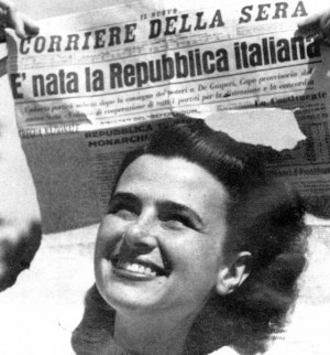 Foto: Festeggiamenti dopo il referendum del 2 giugno che sancì la nascita della Repubblica Italiana