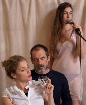 Foto di scena: Identikit di una donna, da sin. Caterina Bajetta, Guglielmo Menconi, Bruna Serina de Almeida, in scena a MTM Teatro Litta di Milano dal 23 giugno al 9 luglio 2016