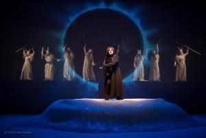 Foto di scena: Le Baccanti, al centro Daniele Salvo nel ruolo di Dioniso. Al Teatro Menotti dal 16 al 26 novembre 2016