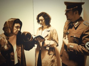 Foto di scena: da sin. Ermanno Rovella, Giulia Pes, Ettore Distasio, al Teatro Libero di Milano dal 27 febbraio al 5 marzo 2017