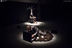 Foto di scena: Azzurra De Gregorio, De Rerum Natura, in Apache 4, MTM Manifatture Teatrali, dal 27 aprile al 25 giugno 2017