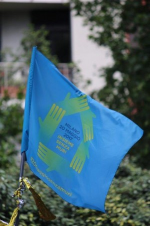 Foto: bandiera sulla manifestazione del 20 maggio a Milano