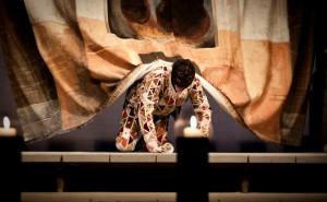 Foto di scena: Arlecchino, servitore di due padroni, produzione itinerante Piccolo Teatro di Milano per il 70° anniversario