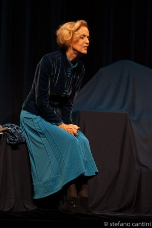 """Foto di scena: Lucia Poli ne """"L'intrusa"""", al Teatro Gerolamo di Milano dal 27 al 29 ottobre 2017"""