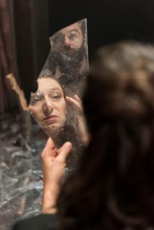 Foto di scena: Utøya, (nel riflesso) Arianna Scommegna e Mattia Fabris, al Teatro Filodrammatici di Milano fino al 14 gennaio 2018