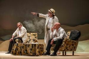 Foto di scena: Sabbie mobili, da sin. Nino Formicola, Max Pisu, Roberto Ciufoli, al Teatro Martinitt di Milano fino a domenica 28 gennaio 2018