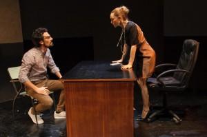 Foto di scena: La scuola delle scimmie, Tommaso Amadio e Sara Bertelà, al Teatro Filodrammatici di Milano fino a domenica 11 febbraio 2018